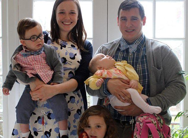 Pareau o familie fericita, insa adevarul din spatele acestei fotografii e dureros! Ce s-a intamplat cu doi dintre copilasi?