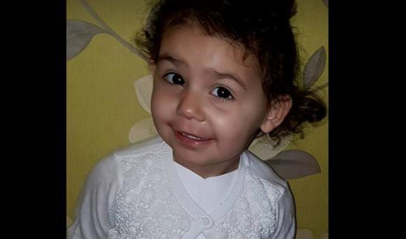 O fetita aproape a murit dupa ce a probat o pereche de pantofi