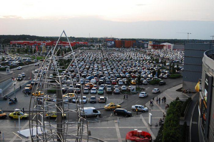 Grav accident in parcarea unui mall din Bucuresti. Au fost multi oameni in pericol