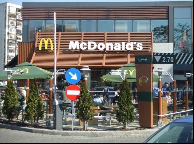 Momente SOCANTE intr-un McDonald's! O femeie a strans de gat managerul pentru ca nu i s-a dat...ketchup VIDEO