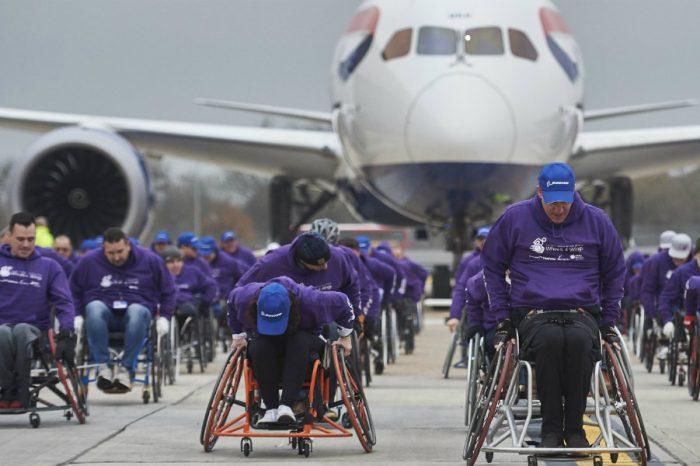 VIDEO de cartea recordurilor! 98 de oameni in scaun cu rotile au tras un avion de 128 de tone, 100 de metri! Cum a fost posibil asa ceva?!