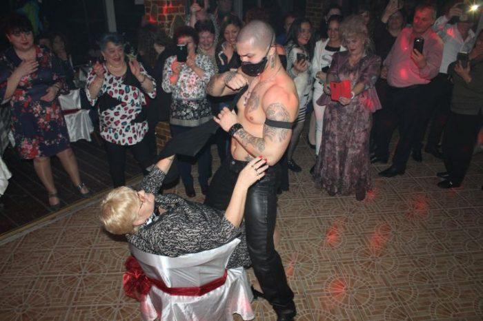 Bunicutele din Brasov s-au distrat cu stripperi de 8 Martie. Imaginile din club sunt PACATOASE rau! FOTO