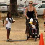 Charlize Theron isi imbraca fiul in rochite. Ce i-a spus el, la 3 ani, a socat-o complet!