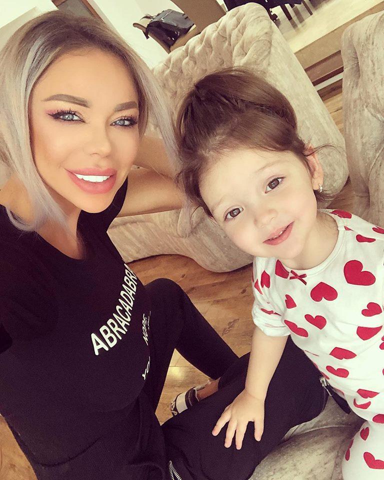 Bianca Dragusanu si fiica ei, acasa