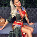 Bianca Dragusanu, la terasa, in tinuta viu colorata