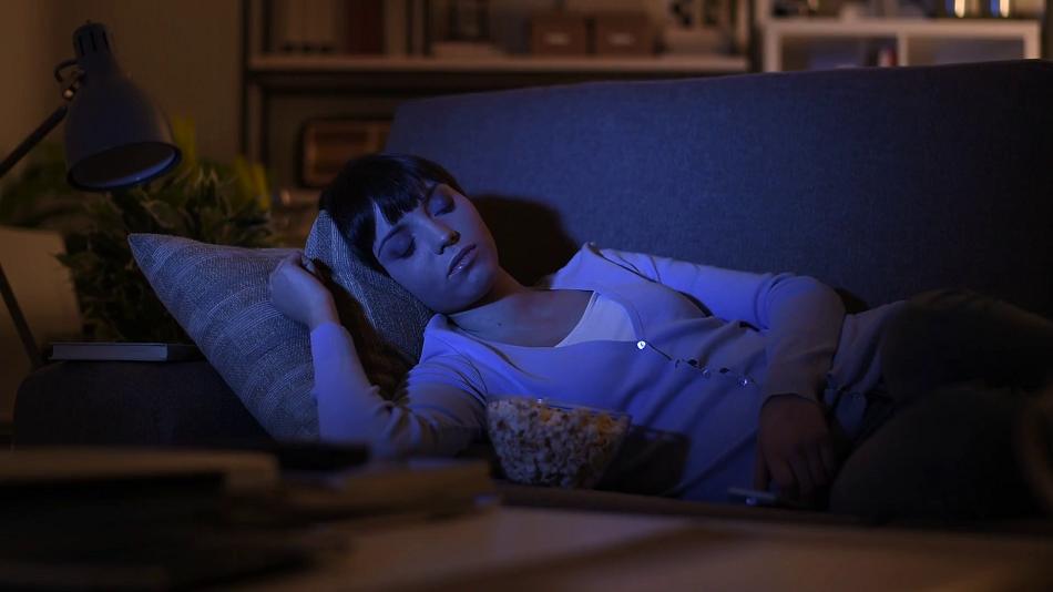 Dormitul cu televizorul aprins le ingrasa in special pe femei