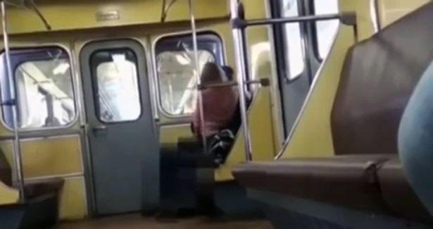 Scene de sex la metrou! O tanara a sarit pe partenerul ei, fara pic de jena VIDEO