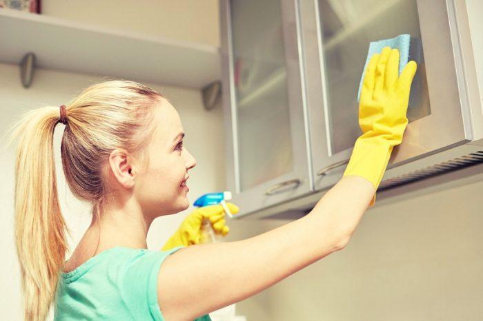Grasimea de pe dulapuri se curata usor cu acest truc genial! Ai nevoie de 3 ingrediente care nu cauzeaza cancer