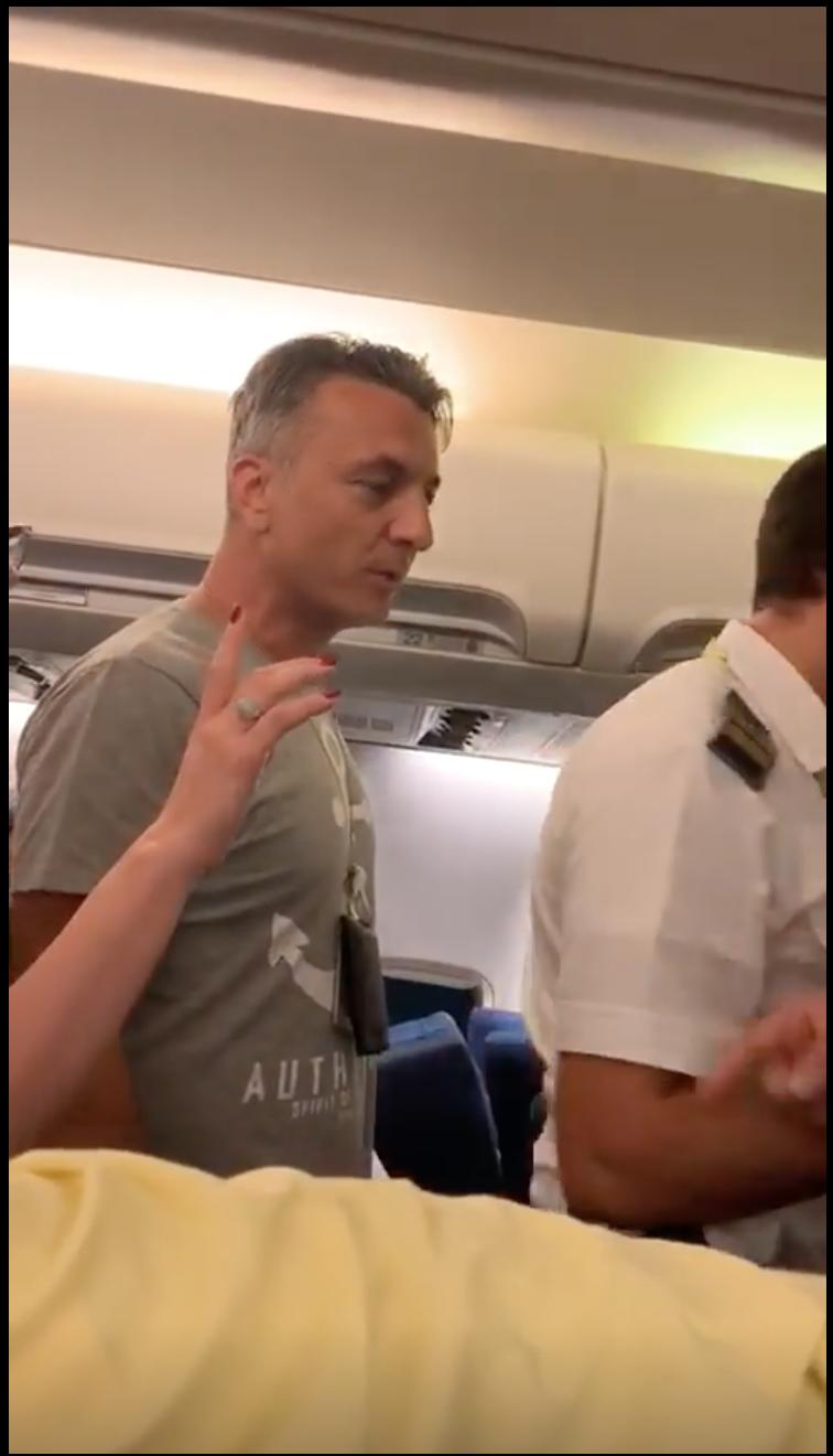 scandal in avion Tarom cursa Cairo 5
