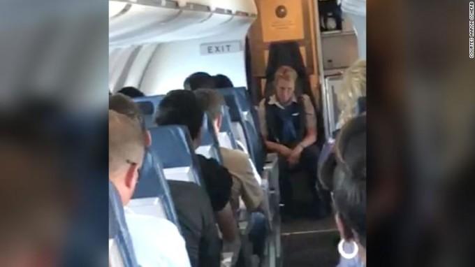 Ce a patit o stewardesa, dupa ce s-a imbatat in timpul zborului. Marturia pasagerilor