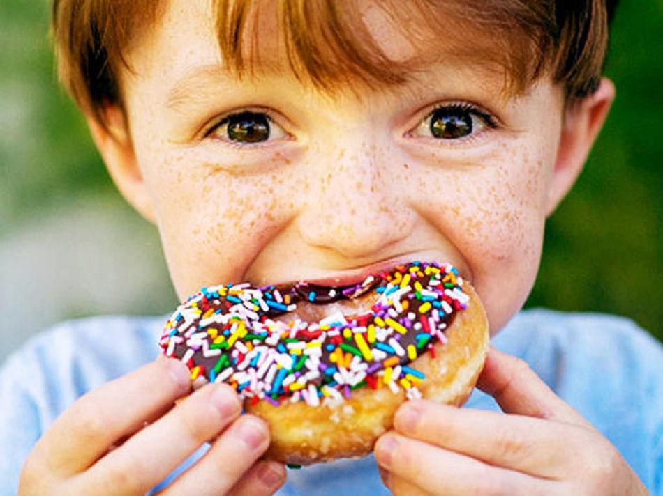 Alimente interzise copiilor! De ce e periculos sa ii oferi celui mic iaurt sau popcorn