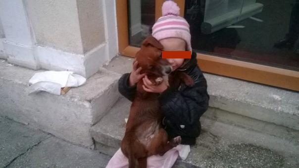 Femeie din Cluj, arestată după ce şi-a ars cu ţigara nepoatele, le-a tăiat pe faţă şi le-a pus să cerşească