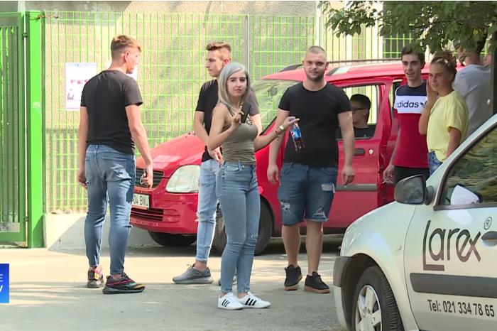 """VIDEO! """"Nu am scris, nu-mi veneau idei in cap!"""" Elevele din Bucuresti dansau pe manele langa liceu dupa BAC-ul din toamna!"""