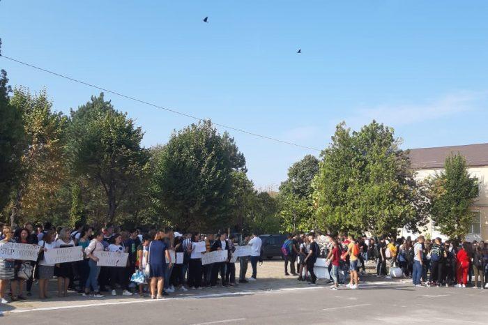 """Protest și ore ținute în curtea școlii, la un colegiu din Craiova: """"Nu avem săli de clasă"""" VIDEO"""