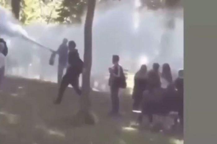 Elevi fumători, alungați cu extinctorul. Directorul unui liceul din Timişoara a fost filmat în timp ce făcea gestul neobișnuit VIDEO