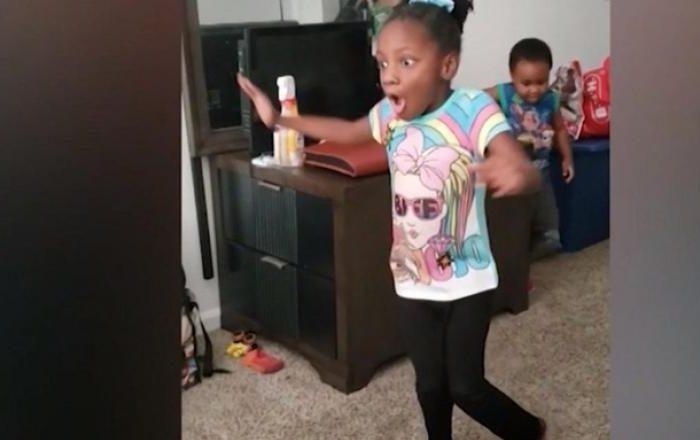 Reacția unei fetițe de 6 ani, cu paralizie cerebrală, când reușește să meargă singură pentru prima dată VIDEO
