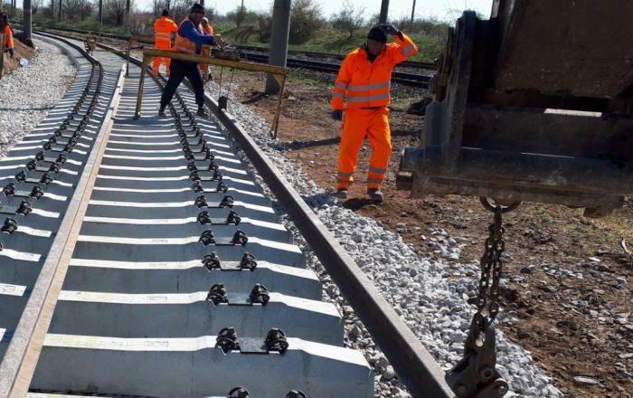 Se lucreaza de zor la calea ferata Bucuresti - Otopeni, chiar daca Curtea de Apel a luat decizia de a bloca constructia VIDEO