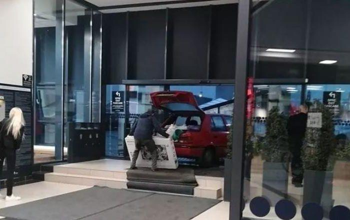 Un bărbat a intrat cu mașina în mall, pentru a feri de ploaie un televizor proaspăt cumpărat