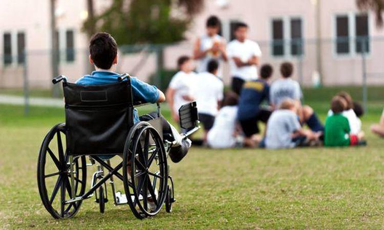 Copil cu dizabilități, băgat în portbagaj