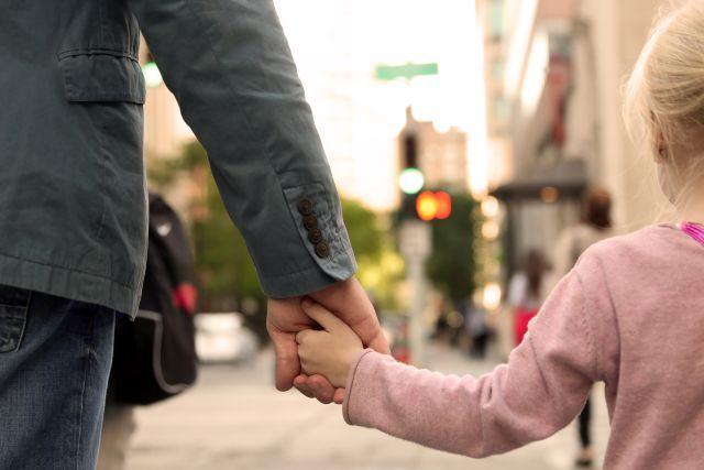 Un bărbat din Calafat ademenește copiii cu dulciuri