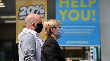 Regatul Unit ar putea recomanda în curând acoperirea feței în toate locurile publice. Amenzi prevăzute pentru nerespectarea măsurii